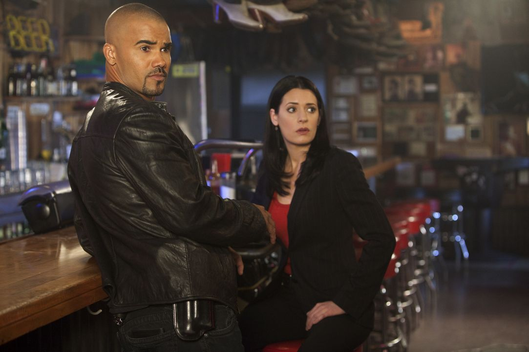 Ein Trucker kidnappt immer wieder Frauen, um sich dann an ihnen zu vergehen. Derek (Shemar Moore, l.) und Prentiss (Paget Brewster, r.) versuchen al... - Bildquelle: Adam Rose 2010 ABC Studios. All rights reserved. / Adam Rose