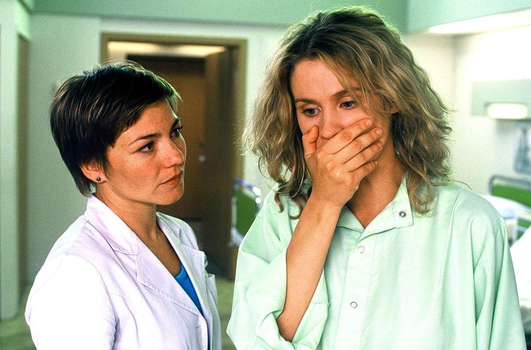 Kirsten Blank (Jeannette Arndt, r.) ist verzweifelt, als sie erfährt, dass sie an der seltenen Erbkrankheit Fatale familiäre Insomnie (FFI) erkrankt... - Bildquelle: Norbert Kuhroeber Sat.1