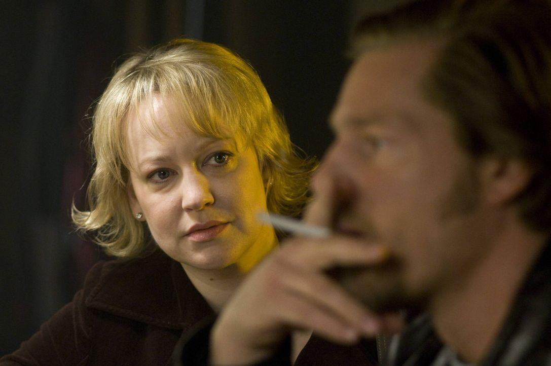 """Nach wie vor tut sich Mick (Henning Baum, r.) schwer damit hinzunehmen, dass """"seine"""" Lisa (Floriane Daniel, l.) einen anderen heiraten will ... - Bildquelle: Martin Rottenkolber SAT.1"""