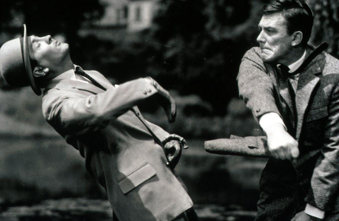 Peter Clifton (Hellmut Lange, r.) ist nicht mehr Herr seiner selbst - er schlägt Basil Hale (Robert Graf, l.) nieder ... - Bildquelle: Constantin Film