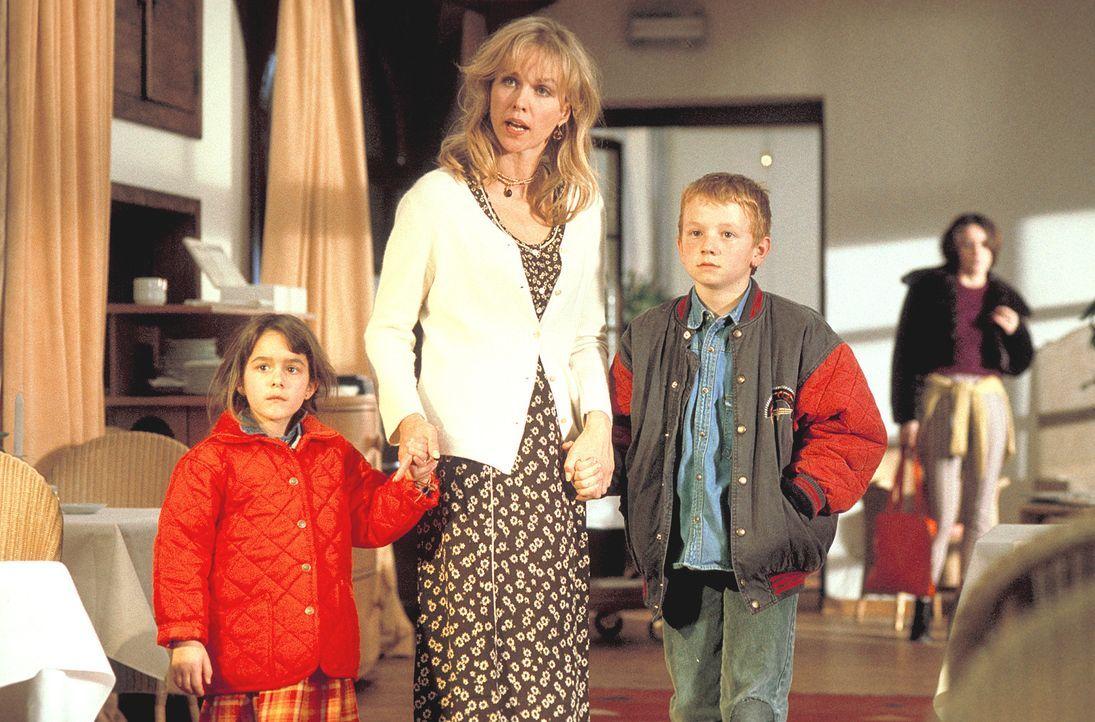 David (Maximilian Häusler, r.), Julia (Sophie Pflüger, l.) und Louisa (Claudia Messner, M.) treffen eine folgenschwere Entscheidung ... - Bildquelle: Rolf von der Heydt ProSieben