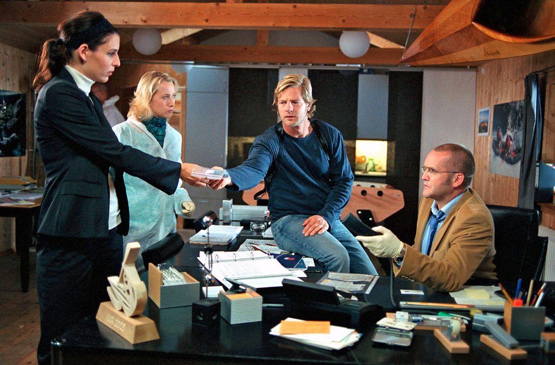 Müssen einen kniffligen Fall lösen: Nina (Elena Uhlig, l.), Leo (Henning Baum, 2.v.r.), Schulz (Rainer Haustein, r.) und seine Frau Regina (Julia vo... - Bildquelle: Walter Wehner SAT.1