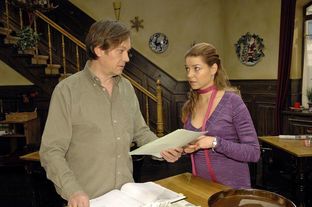 Nicht ganz uneigennützig bittet Katja (Karolina Lodyga, r.) ihren Vater (Rainer Will, l.), das Shooting im Restaurant stattfinden lassen zu können. - Bildquelle: Claudius Pflug Sat.1