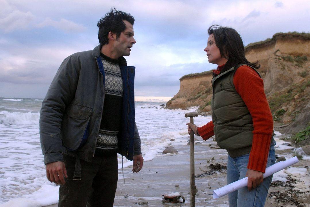 Jana (Désirée Nosbusch, r.) und Henning (Martin Rapold, l.) suchen den Strand ab, als Janas Detektor anschlägt. Sie beginnen an der Stelle zu graben... - Bildquelle: Susanne Dittmann Sat.1