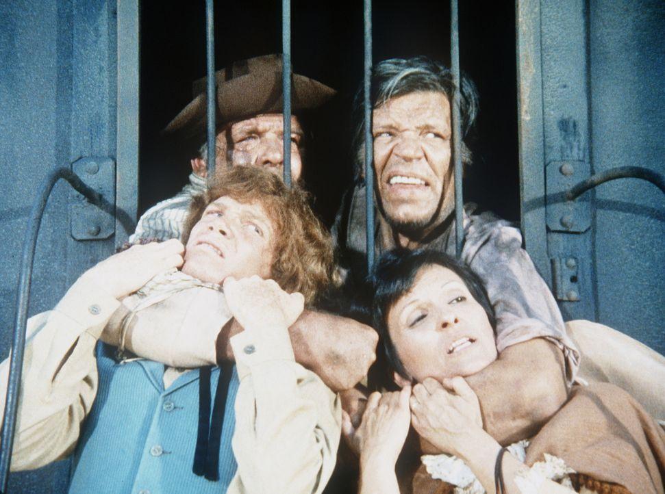 Der Sträfling Doyle (Neville Brand, hinten r.) nimmt Jamie (Mitch Vogel, vorne l.) und Emily Fancher (Eleanor Berry, vorne r.) als Geiseln. - Bildquelle: Paramount Pictures