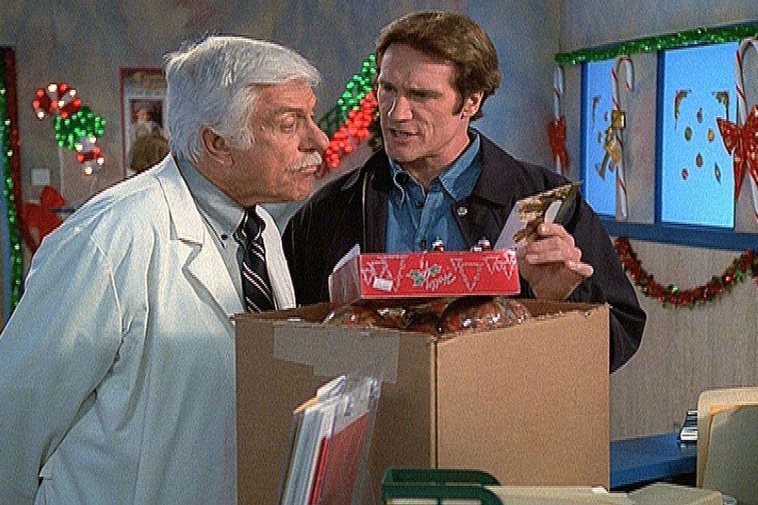 Mark (Dick Van Dyke, l.) und Steve (Barry Van Dyke, r.) haben eine Postkarte von Claude erhalten, der unschuldig im Gefängnis saß und dem sie auf ab... - Bildquelle: Viacom