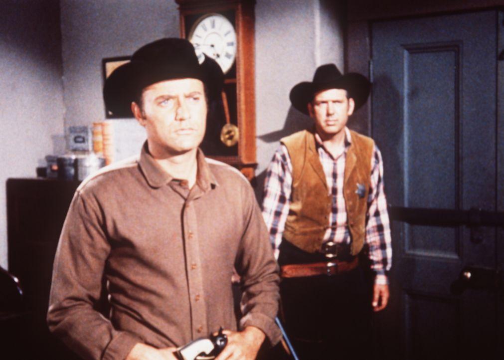 Lassiter (Vic Morrow, l.) ist fest davon überzeugt, dass Ben und Adam Cartwright zu Unrecht des Mordes beschuldigt werden ... - Bildquelle: Paramount Pictures