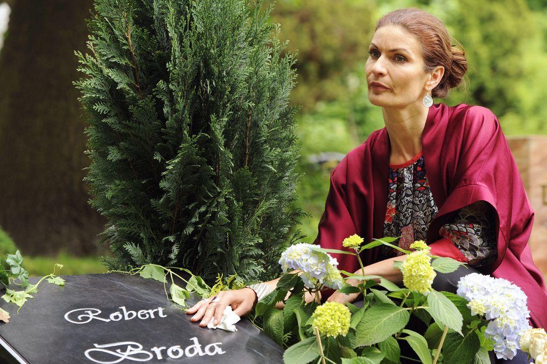 Natascha (Franziska Matthus) gesteht sich an Roberts Grab ein, des Kämpfens müde zu sein... - Bildquelle: Oliver Ziebe Sat.1