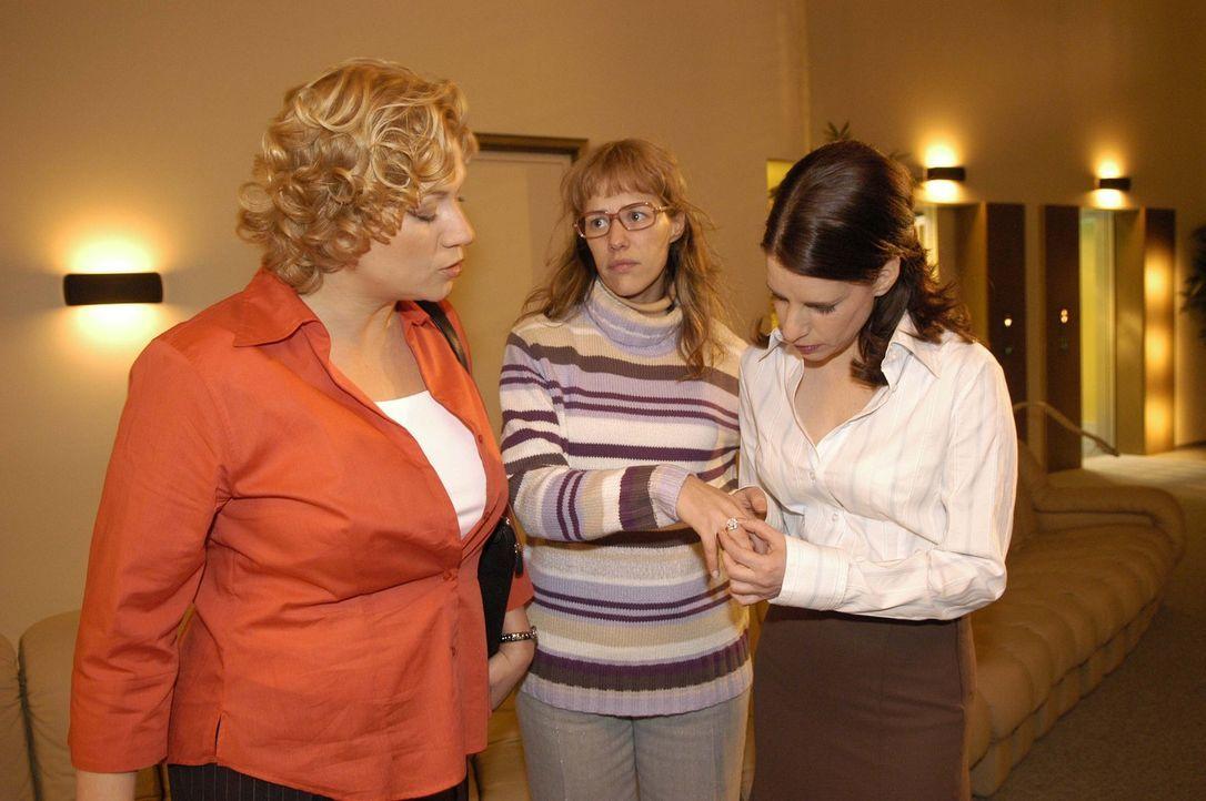 Mit dem festen Willen, den Ring mit Seife wieder abzubekommen, begibt sich Lisa (Alexandra Neldel, M.) auf den Weg zur Toilette - und trifft auf die... - Bildquelle: Noreen Flynn Sat.1