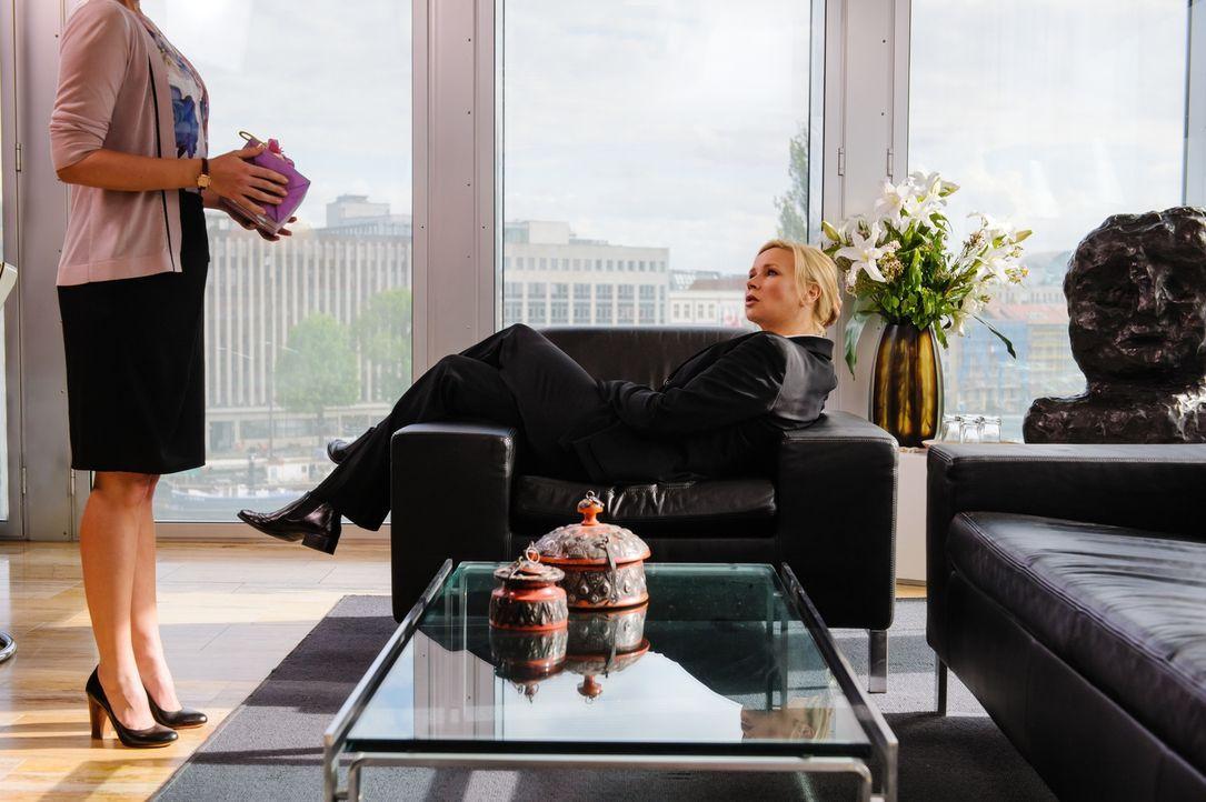 Ihr Arbeitsalltag ist extrem vielschichtig und aufreibend, Privatleben kennt die attraktive Bundeskanzlerin Anna Bremer (Veronica Ferres) nicht. Sch... - Bildquelle: Stefan Erhard SAT. 1