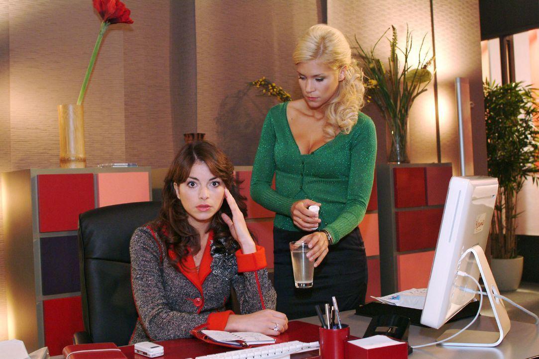 Sabrina (Nina-Friederike Gnädig, r.) reicht Mariella (Bianca Hein, l.) eine Kopfschmerztablette. Doch die allein kann Mariella nicht von ihrem Kopfw... - Bildquelle: Monika Schürle Sat.1