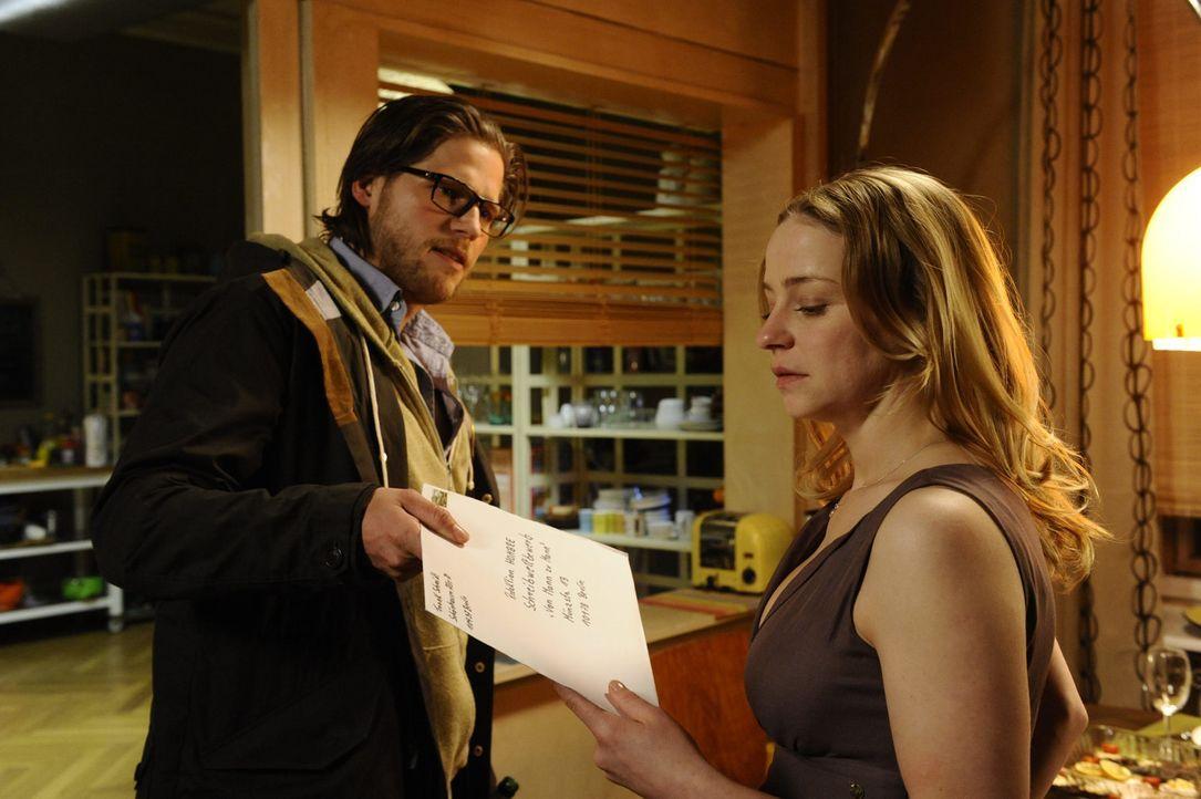 Als Tine (Theresa Scholze, r.) herausfindet, dass sie von ihrem Freund Frank (Sebastian Ströbel, l.) betrogen wurde, reicht sie unter dessen Namen b... - Bildquelle: Claudius Pflug SAT.1