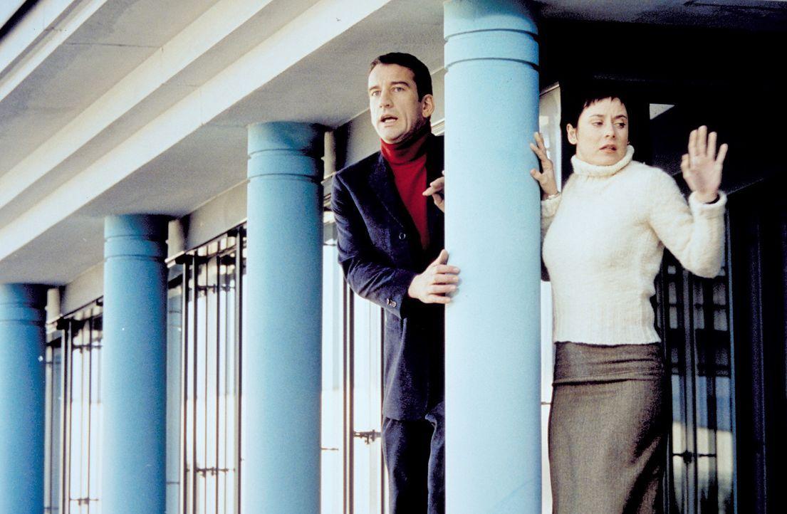 Die Waisenhaus-Reportage droht ein Fiasko zu werden, die Chefin tobt. Den beiden Journalisten Julia (Inka Friedrich, r.) und Volker (Heio von Stette... - Bildquelle: Christian A. Rieger ProSieben