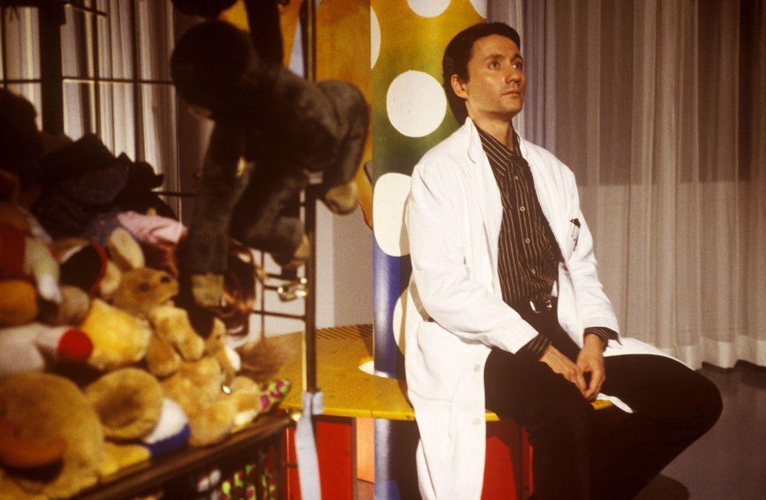 Der Letzte macht das Licht aus: Dr. Kampmann (Ulrich Reinthaller) sitzt gedankenverloren im ehemaligen Spielraum der Kinderklinik. Vieles wurde scho... - Bildquelle: Andreas Stetter Sat.1
