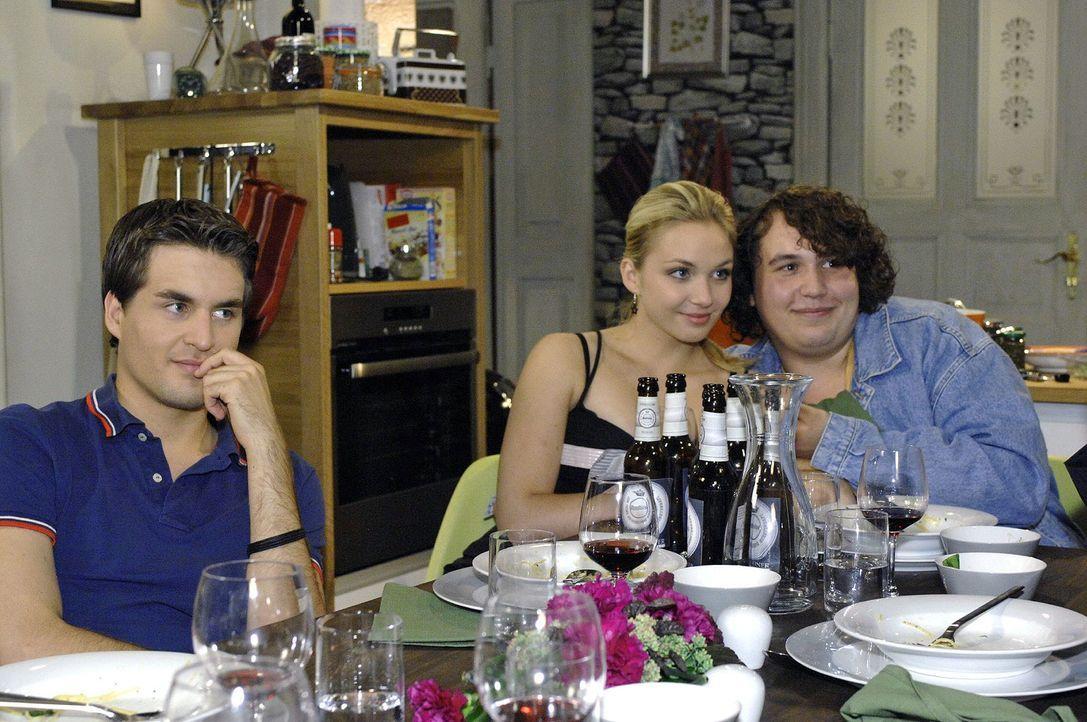 Nancys (Jil Funke, M.) neuer Freund Kevin-Angelo (Robert Hoffmann, r.) scheint so gar nicht zu ihr zu passen - und sorgt bei einem gemeinsamen Essen... - Bildquelle: Oliver Ziebe Sat.1