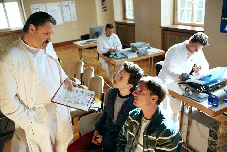 Der Bundeswehrarzt (Michael Brandner, l.) teilt Schleifer (Florian Lukas, r.) und Basti Lämmle (Franz Dinda, M.) mit, dass sie nicht nur Diabetes ha... - Bildquelle: Constantin Film