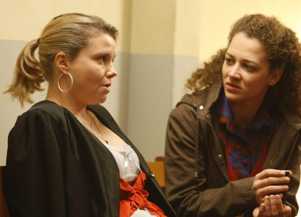 Gemeinsam gehen Danni (Annette Frier, l.) und Miriam Adacher (Oona Devi-Liebich, r.) vor Gericht, um gegen eine Bank vorzugehen. Ein ziemlich schwie... - Bildquelle: Frank Dicks SAT.1