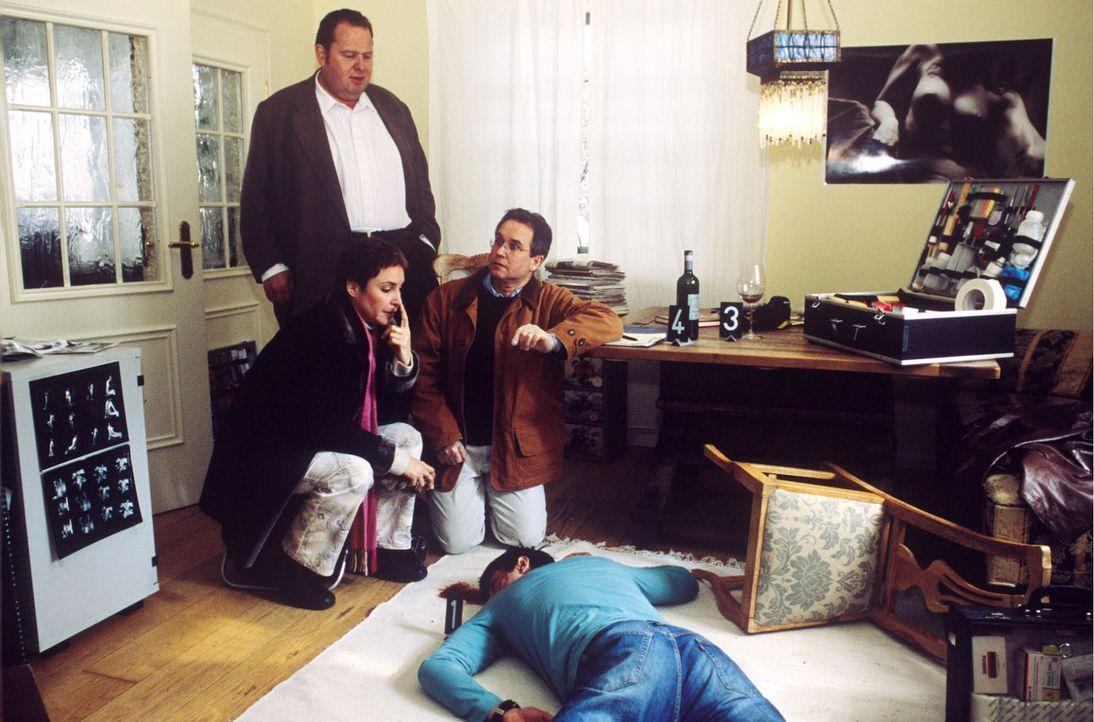 Benno (Ottfried Fischer, l.), Sabrina (Katerina Jacob, 2.v.l.) und Dr. Sprung (Norbert Heckner, M.) untersuchen den Toten. - Bildquelle: Magdalena Mate Sat.1