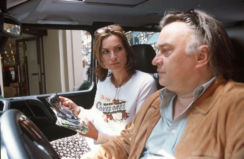 Peter Walz (Bernd Stegemann, r.) versorgt Antonia (Alexandra Kamp, l.) mit Informationen. - Bildquelle: Erika Hauri Sat.1