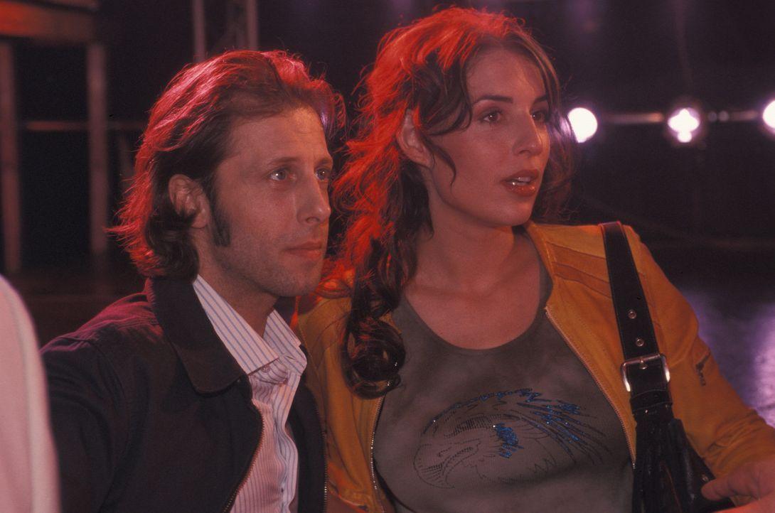 Lydia (Elena Uhlig, l.) und Patrick (Oliver Korittke, r.) nehmen gemeinsam die Suche nach der Entführten auf. Doch die junge Kommissarin scheint kei... - Bildquelle: ProSieben