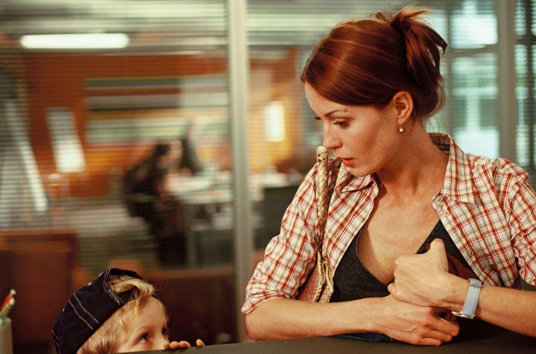 Viola (Esther Schweins, r.) hat den kleinen Dexter (Wolf-Niklas Schykowski, l.) in ihr Herz geschlossen. - Bildquelle: Dirk Plamböck Sat.1
