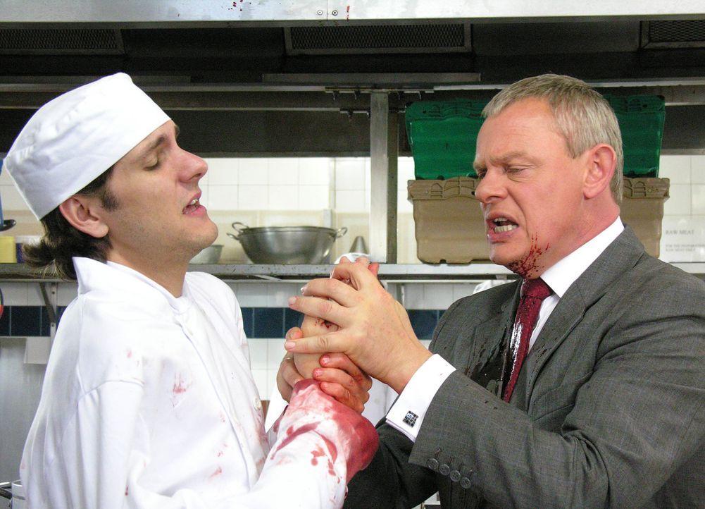 Doc Martin (Martin Clunes, r.) muss sich seiner Phobie stellen, als der Junior Chef des Hotels (Mathew Baynton, l.) einen stark blutenden Unfall hat... - Bildquelle: BUFFALO PICTURES/ITV