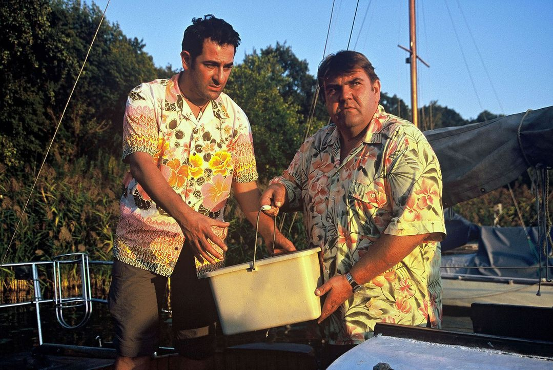 Otto (Hasan Ali Mete, l.) möchte das Boot startklar machen. Richter Moosleitner (Peter Rappenglück, r.) hilft beim Wasser schöpfen. - Bildquelle: Hardy Spitz Sat.1