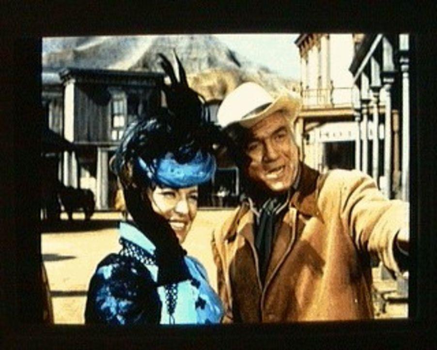 Ben Cartwright (Lorne Greene, r.) ist glücklich, die Opernsängerin Angela Bergstrom (Viveca Lindfors, l.) für einen Auftritt bei der Jubiläumsfeier... - Bildquelle: Paramount Pictures