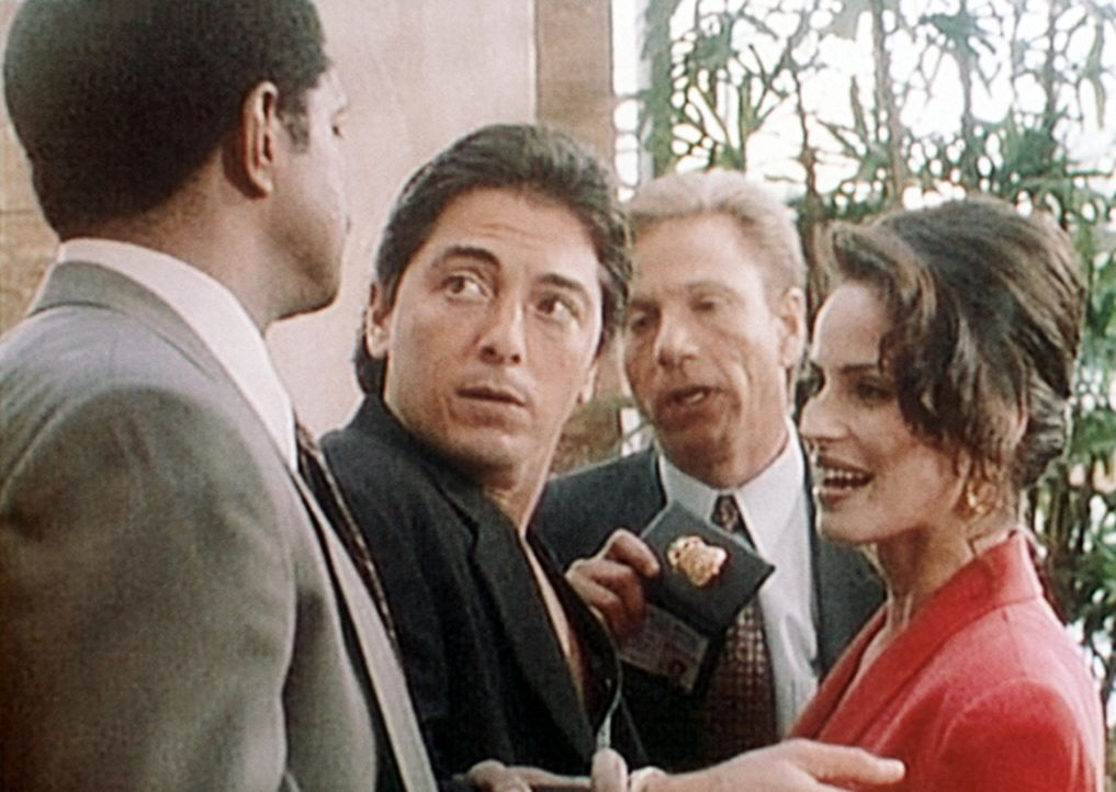 Jack (Scott Baio, 2.v.l.) wird zur Belustigung seiner neuesten Flamme Eve (Crystal Chappell, r.) von den FBI-Agenten Mayers (Rif Hutton, l.) und Dic... - Bildquelle: Viacom