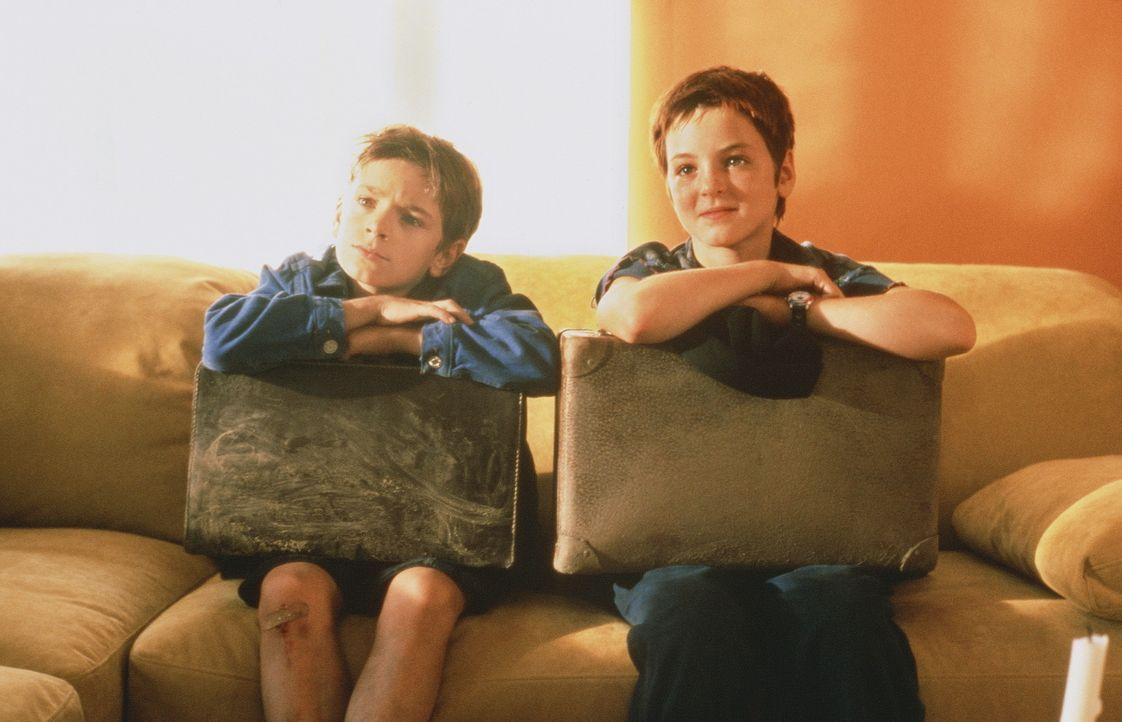 Die beiden Waisenkinder Tommi (Mitja Daniel Krebs, l.) und Mel (Laura Charlotte Syniawa, r.) wollen endlich eine richtige Familie - also machen sie... - Bildquelle: Hans-Joachim Pfeiffer ProSieben