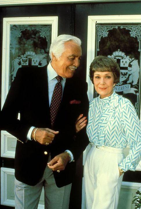 (5. Staffel) - Als Angela (Jane Wyman, r.) erfährt, dass Cassandra für ihr verhasstes Projekt noch einen Kapitalanleger sucht, nimmt sie Kontakt zu... - Bildquelle: 1985   Warner Brothers