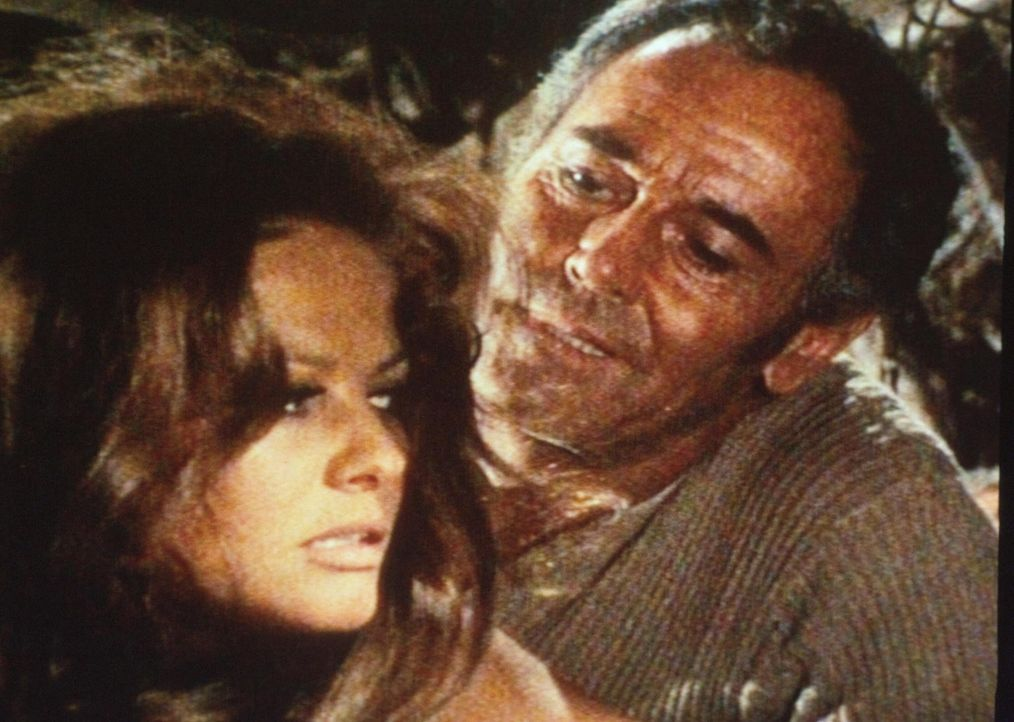 Frank (Henry Fonda, r.) wirbt um die junge Witwe Jill McBain (Claudia Cardinale, l.) ... - Bildquelle: TM &   2003 by Paramount Pictures Corporation. All rights reserved