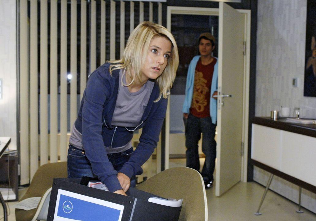 Bei dem Versuch, an ihren Brief an Jonas zu kommen, tappt Anna in Jonas' Falle ... v.l.n.r.: Anna (Jeanette Biedermann), Maik (Sebastian König) - Bildquelle: Claudius Pflug Sat.1