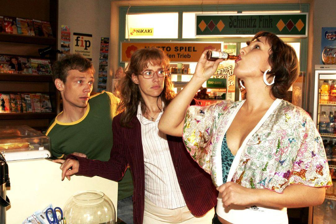 Jürgen (Oliver Bokern, l.) und Lisa (Alexandra Neldel, M.) müssen mit ansehen, wie die verzweifelte Yvonne (Bärbel Schleker, r.) sich gehen lässt. (... - Bildquelle: Noreen Flynn Sat.1