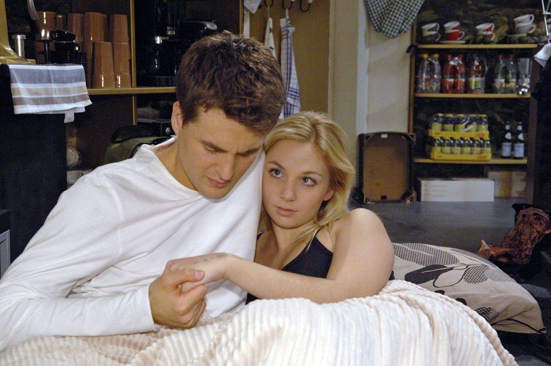 Lars (Alexander Klaws, l.) ist überglücklich, dass Lily (Jil Funke, r.) sich entscheidet, bei ihm zu bleiben. - Bildquelle: Claudius Pflug Sat.1