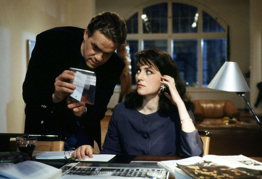Die Assistentin des Galeristen Winter, Anna Corell (Martina Gedeck, r.), tut völlig unbeteiligt, als Kommissar Wolff (Jürgen Heinrich, l.) bei ihr a... - Bildquelle: Alfred Raschke Sat.1