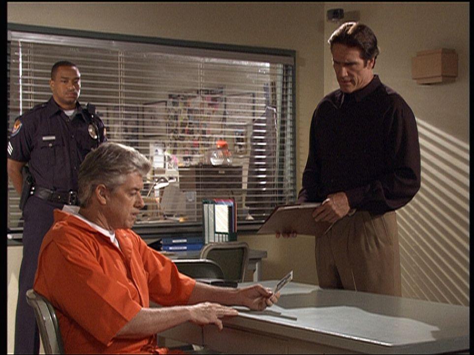 Roger (Douglas Sheehan, 2.v.l.), der des Mordes an seiner Frau Lana verdächtigt wird, wird von Steve Sloan (Barry Van Dyke, r.) verhört. - Bildquelle: Viacom