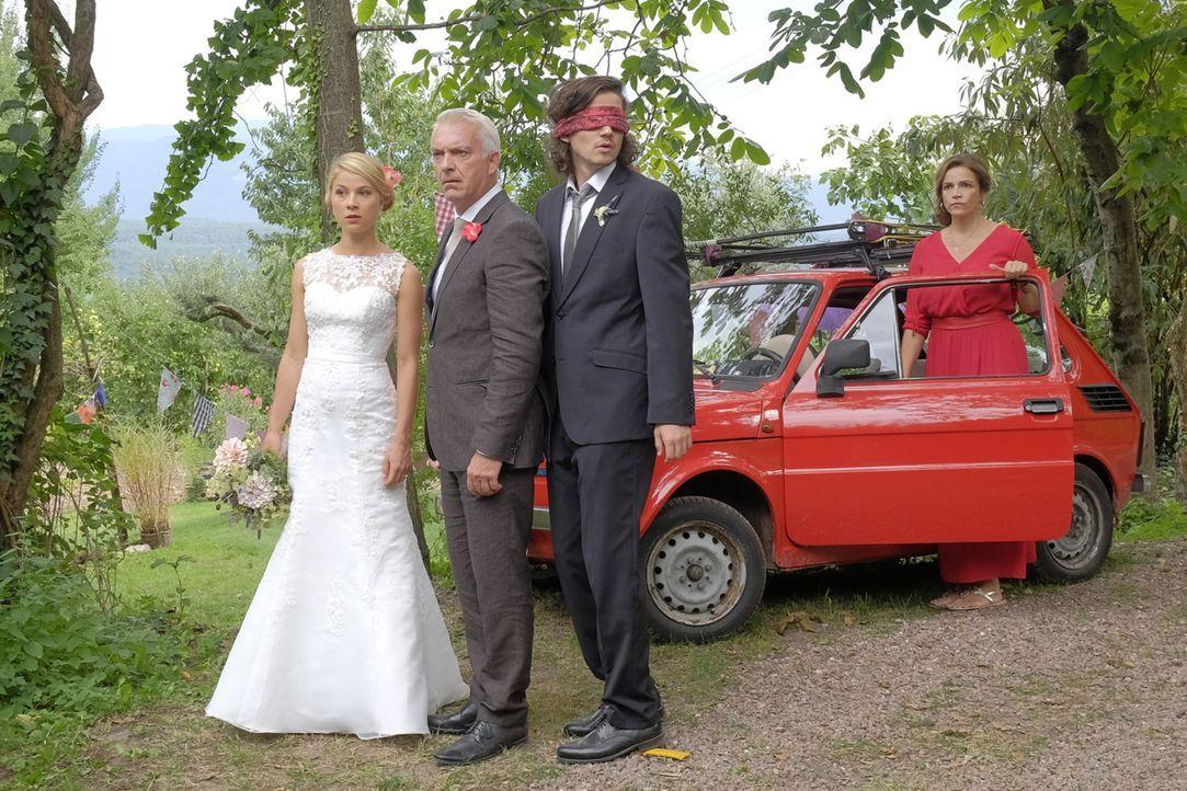Als eine zweite Braut auftaucht, sind Jade (Lea Ruckpaul, l.), Oliver (Tilman Pörzgen, r.) und Claudia (Rebecca Immanuel, 2.v.r.) doch etwas irritie... - Bildquelle: Jacqueline Krause-Burberg SAT.1/Jacqueline Krause-Burberg