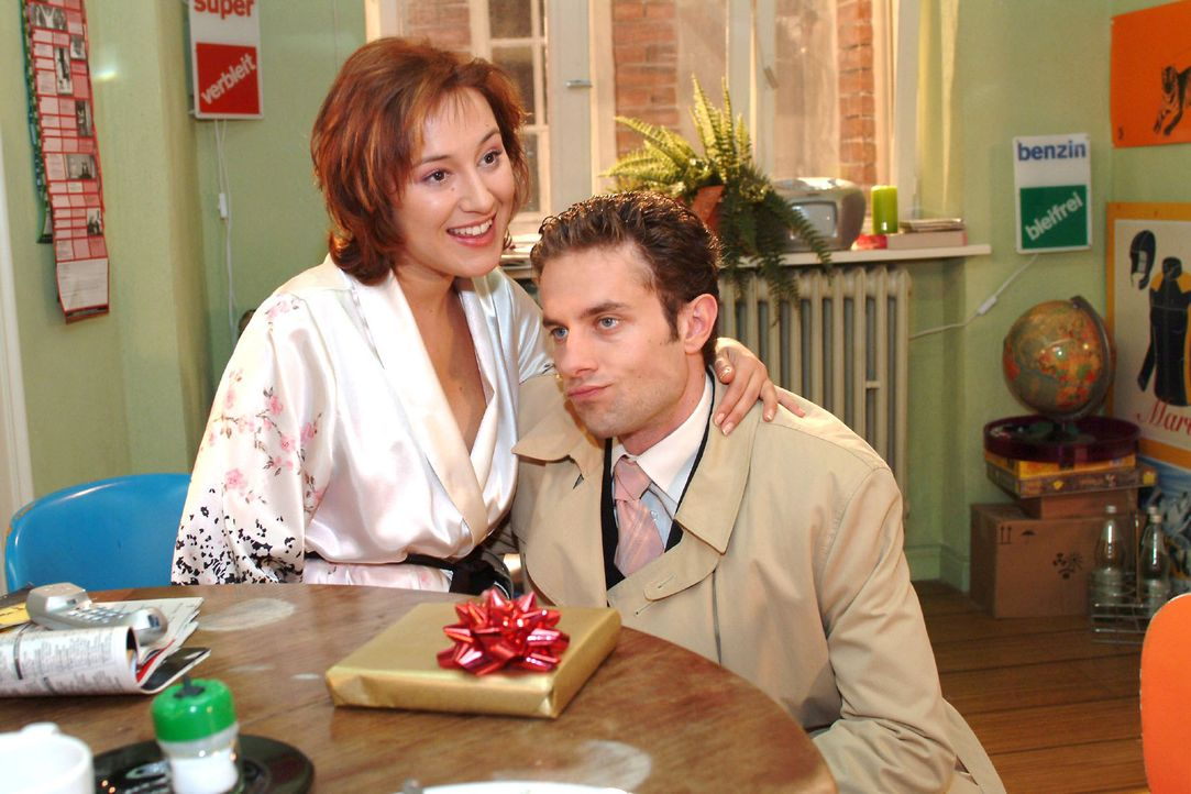 Max (Alexander Sternberg, r.) verzichtet Yvonne (Bärbel Schleker, l.) zuliebe auf die Adventsfeier. - Bildquelle: Monika Schürle Sat.1