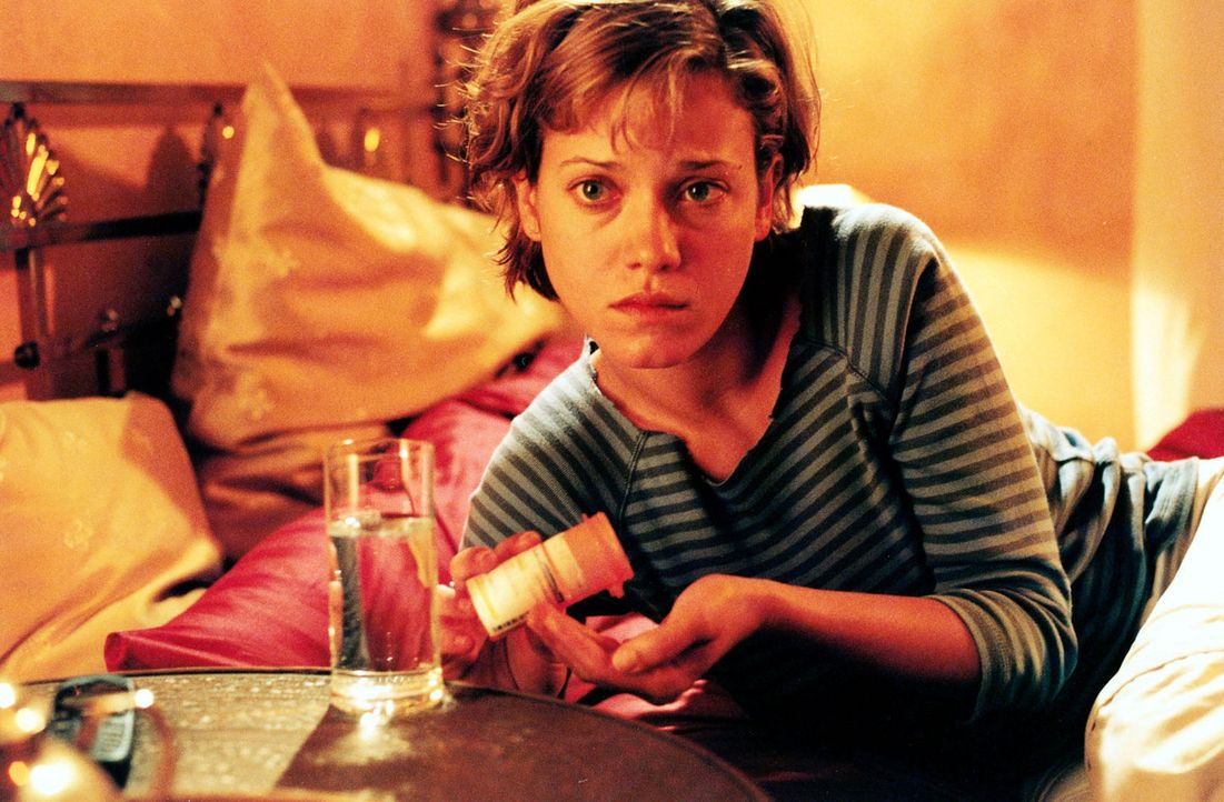 """Jenny (Muriel Baumeister) konsumiert seit Jahren Tabletten gegen Angst und Schlaflosigkeit. Als die Albträume zunehmen, greift sie wieder zu den """"kl... - Bildquelle: Sonja Trümper Sat.1"""
