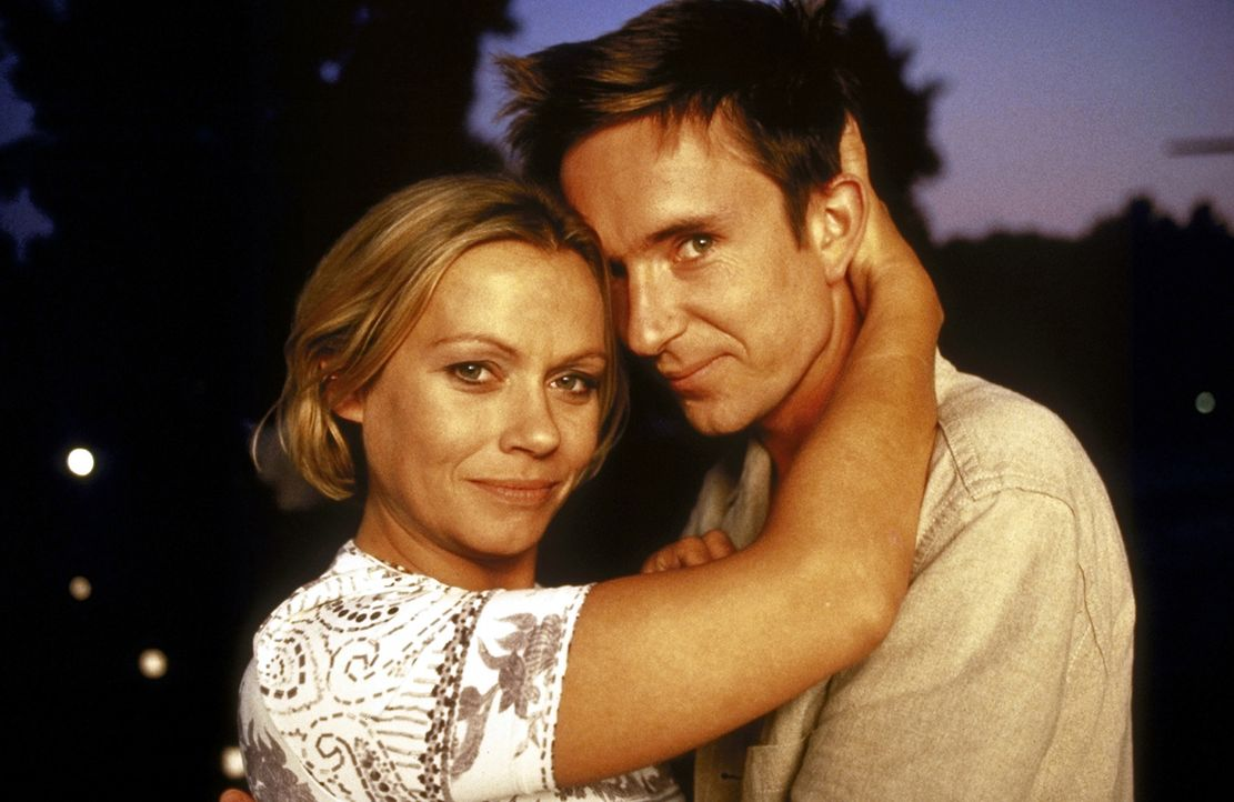 Verliebt, verlobt, verheiratet? Alyoscha (Arnd Klawitter, r.) und Marie (Jennifer Nitsch, l.) sind endlich glücklich ... - Bildquelle: Volker Rohloff ProSieben