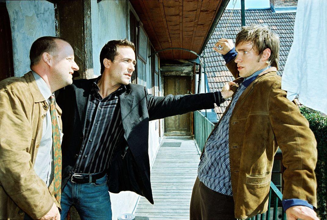 Marc (Alexander Pschill, M.) und Kunz (Martin Weinek, l.) stellen den verdächtigen Michael Prager (Christoph Luser, r.). - Bildquelle: Ali Schafler Sat.1
