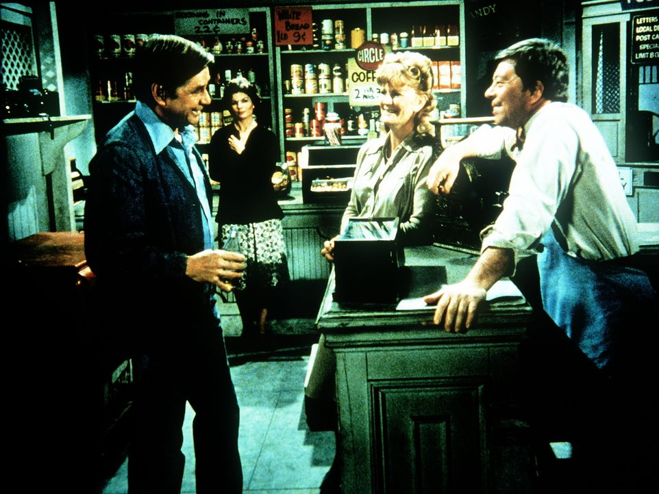 John Walton (Ralph Waite, l.) und Ike Godsey (Joe Conley) haben in Callie (Dorothy Tristan, 2.v.r.) eine gemeinsame Jugendfreundin wiedergefunden. C... - Bildquelle: WARNER BROS. INTERNATIONAL TELEVISION