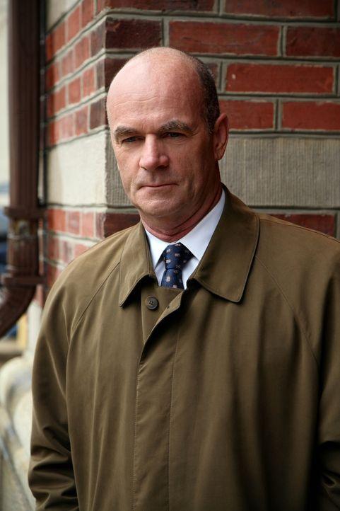 Nimmt einen Fall wieder auf: John (John Finn) ... - Bildquelle: Warner Bros. Television