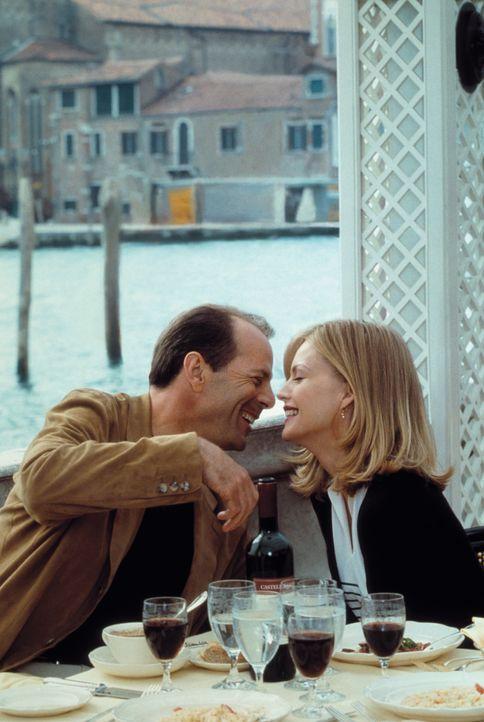 Werden Ben (Bruce Willis, l.) und Katie (Michelle Pfeiffer, r.) ihre Beziehung retten können? - Bildquelle: Warner Brothers International Television Distribution Inc.