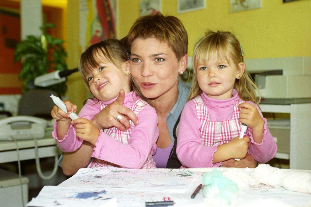 Stephanie (Claudia Schmutzler, M.) stellt ihren Kollegen die Zwillinge Klara-Sophia (Patricia Mühlstedt, l.) und Julia-Elke (Vanessa Mühlstedt, r.)... - Bildquelle: Noreen Flynn Sat.1