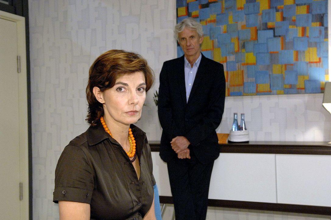 Steffi (Karin Kienzer, l.) ist geschockt, als Robert (Mathieu Carrière, r.) ihr kündigt. - Bildquelle: Claudius Pflug Sat.1
