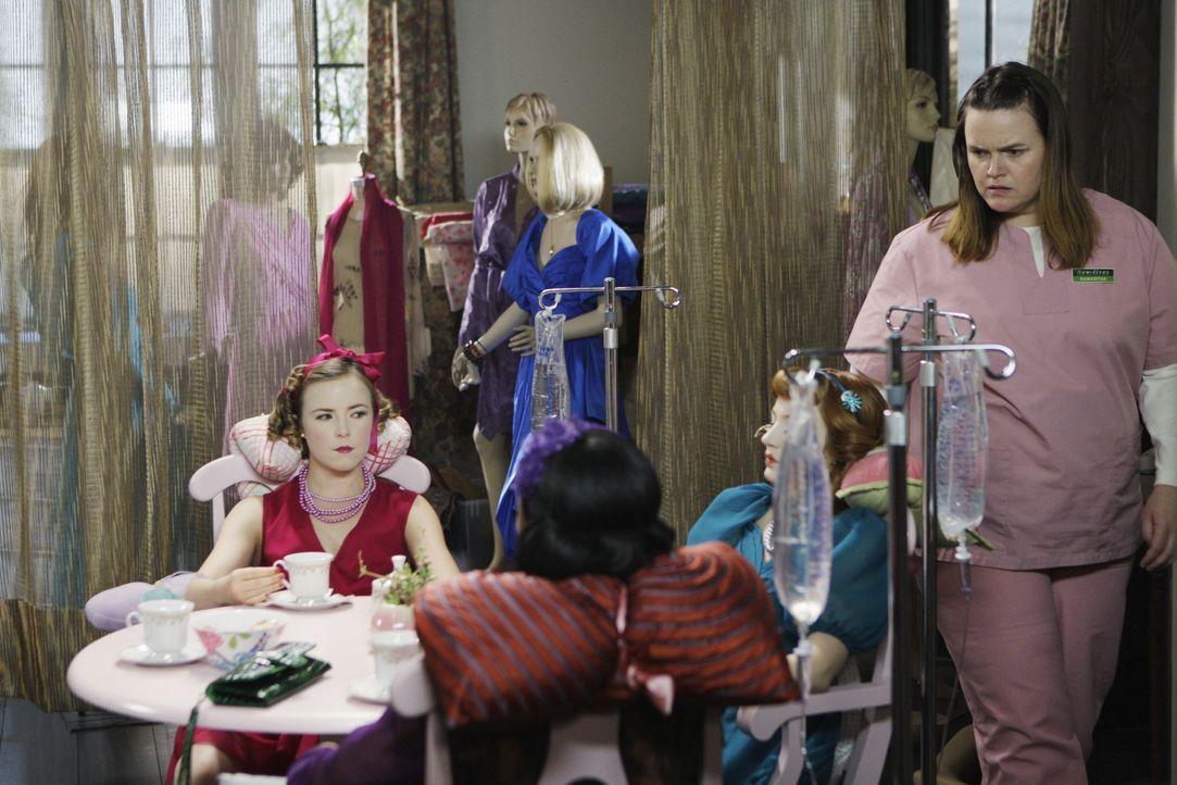 Die psychisch gestörte Samantha Malcolm (Jennifer Hasty, r.) hält sich Frauen als Puppen. Für sie sind die Frauen, die sie entführt und durch Drogen... - Bildquelle: Sonja Flemming 2009 ABC Studios. All rights reserved. / Sonja Flemming