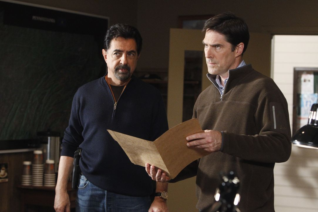 Werden mit einem neuen Fall beauftragt: Rossi (Joe Mantegna, l.) und Hotch (Thomas Gibson, r.) ... - Bildquelle: Jordin Althaus 2010 American Broadcasting Companies, Inc. All rights reserved. / Jordin Althaus