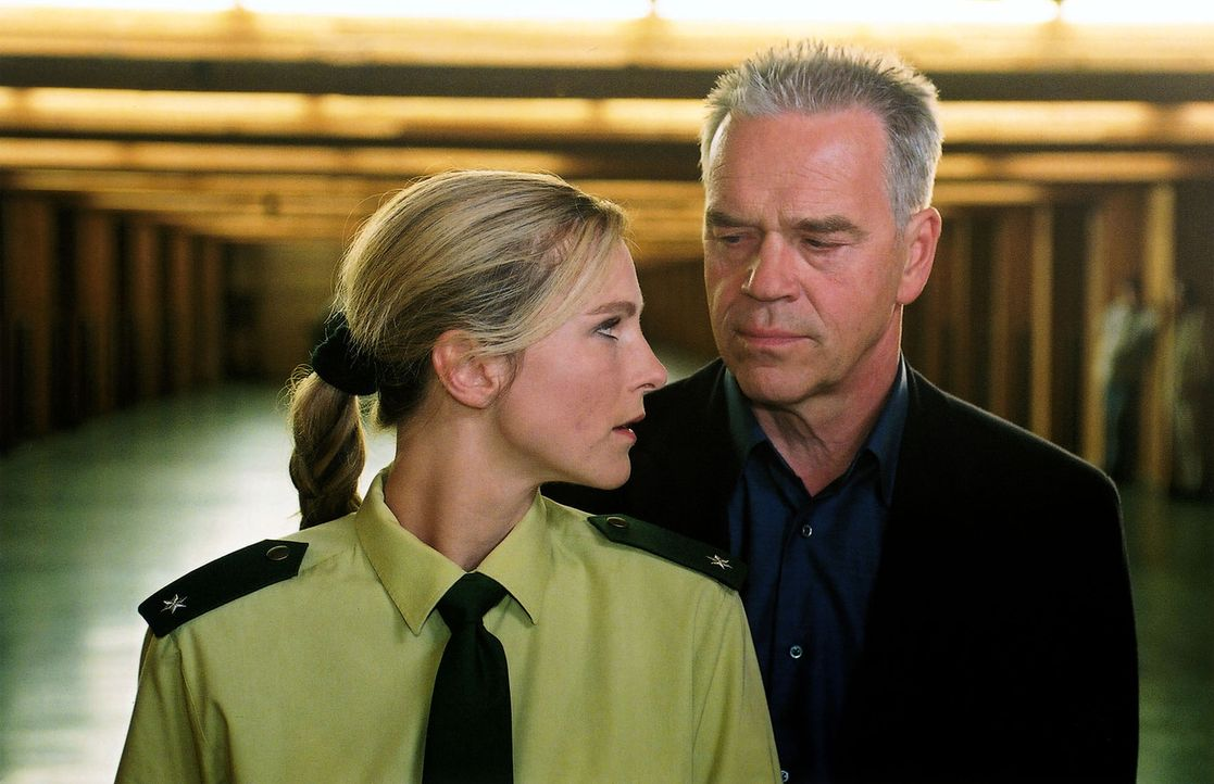 Kommissar Wolff (Jürgen Heinrich, r.) möchte von der Polizistin Vera (Michaela Hinnenthal, l.) wissen, wer ein Interesse an dem Tod ihrer Kollegin A... - Bildquelle: Claudius Pflug Sat.1